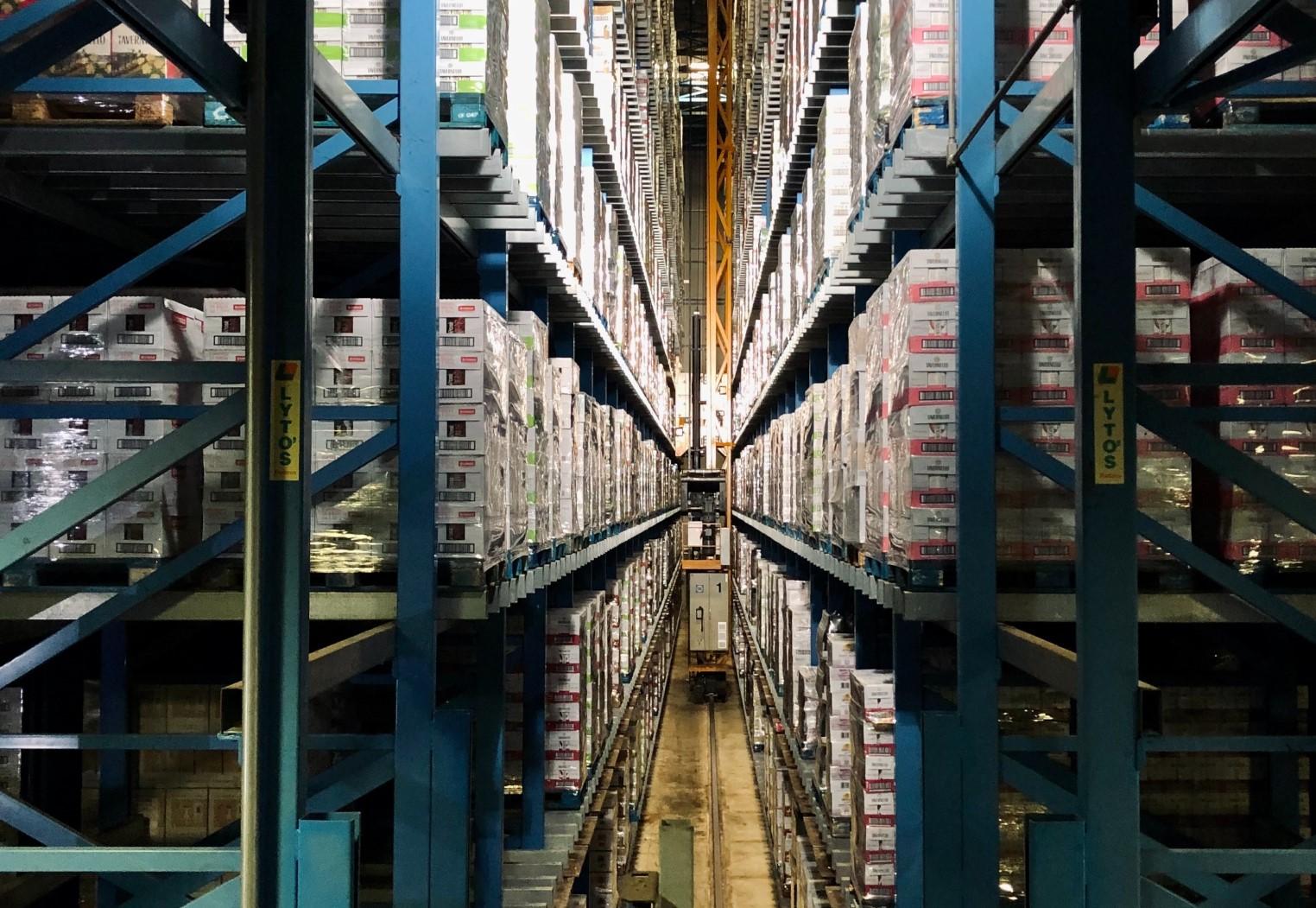 Azienda logistica a Piacenza - immagine di magazzino scaffalature e pacchi