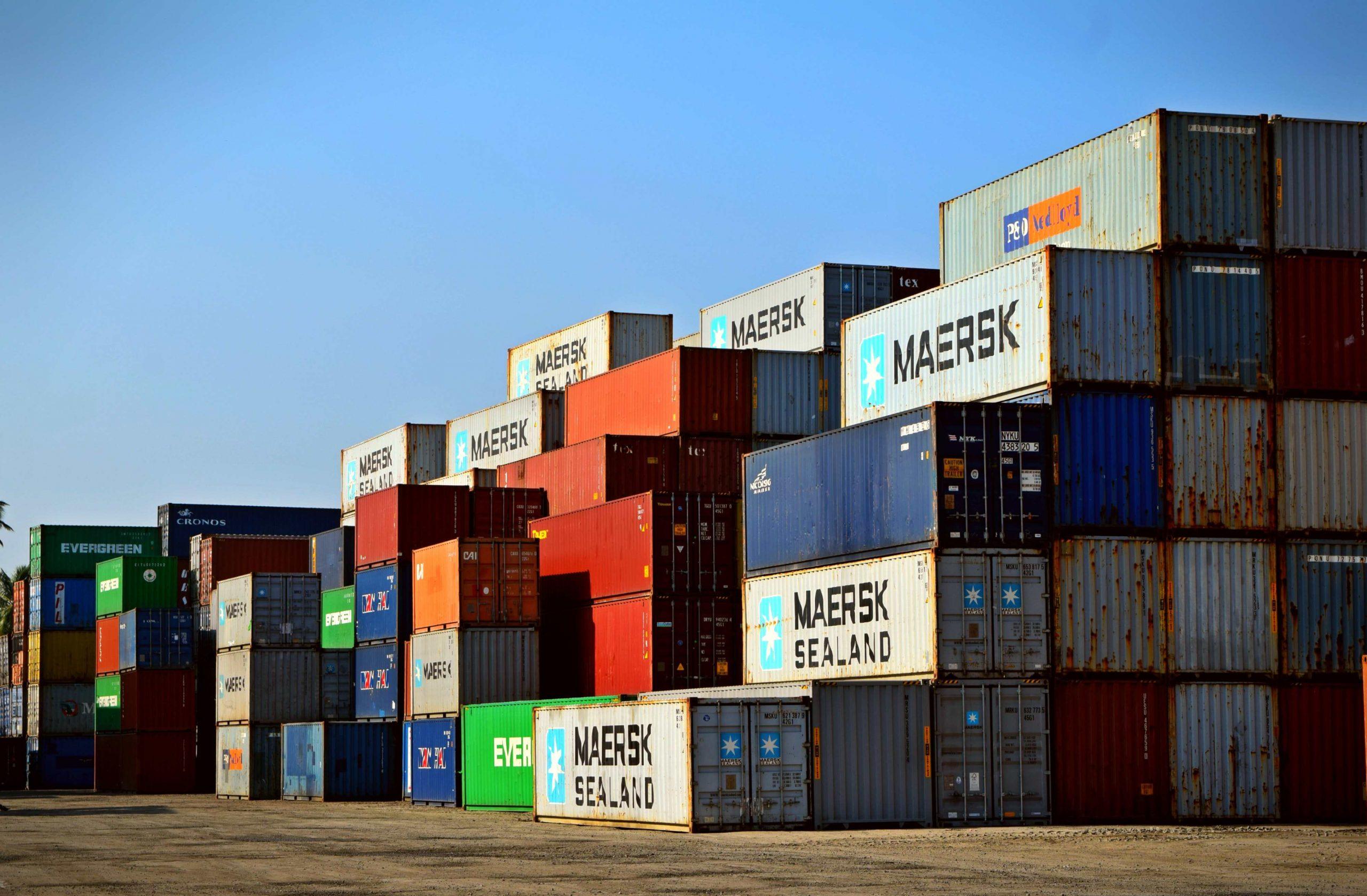 logistica merci in transitor - container merci in attesa di sdoganamento